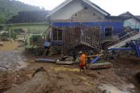 Pasca Banjir dan Longsor Pacitan, Ratusan Pelajar SMP Ujian Semester di Masjid