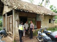 Ditinggal Istri, Pria Ini Hidupi 4 Anaknya di Rumah Kayu yang Sempit