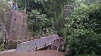 Jembatan Tua Ambrol, Satu Orang Terjatuh ke Sungai