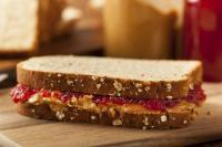 Praktis & Mengenyangkan, Roti Panggang Isi Jelly Strawberry untuk Sarapan