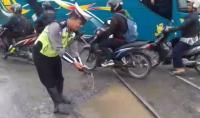 Protes Jalan Rusak, Polisi Taruh Lele di Perlintasan Kereta Api