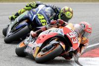 Rossi Tendang Marquez di Balapan MotoGP Sepang 2015