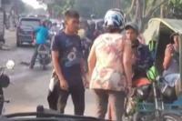 Gagal Menyalip, <i>Emak-Emak</i> Pukul Pengemudi Becak Motor Pakai Helm