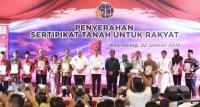 Serahkan Sertifikat Tanah, Jokowi: Hati-Hati, Ada yang Bisa Tak Jadi Menteri Lagi