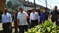 <i>Kukurusukan</i> ke Pasar, Deddy Mizwar Sapa Pedagang hingga Belanja Manggis