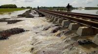 Jalur Kereta di Cirebon Terendam, Penumpang Dialihkan Naik Bus
