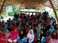 Siswa Kampung Konservasi Rimbun Bersyukur Dapat Bantuan Buku dari MNC Peduli