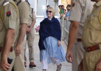 Hillary Clinton Alami Retak Tangan Dalam Kunjungannya ke India