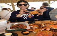 5 Moment Seksi Mia Khalifa Bersama Makanan, Intip Foto-fotonya
