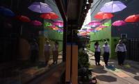 Seribuan Payung Warna-Warni dan Robot Kuntilanak Sambut Hari Tanpa Bayangan