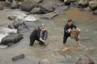 Bima-Dedie Punguti Sampah di Sungai Cigading