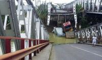 Bangkai 3 Truk Belum Berhasil Dievakuasi dari Jembatan Babat