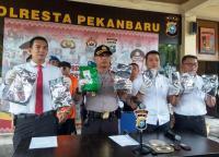 Dibungkus Paket Besar, Penyelundupan 4 Kg Sabu di Pekanbaru Diamankan Polisi