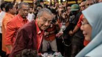 Rakyat Malaysia Patungan Demi Bantu PM Mahathir Memangkas Utang Negara