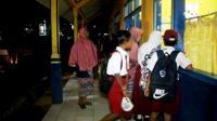 Berebut Kursi Paling Depan, Siswa SD di Kuningan Berangkat Sekolah Jam 4 Pagi