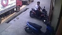 Terekam CCTV, Pelaku Tampak Tenang Curi Motor Korbannya