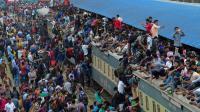 Ratusan Orang di Bangladesh Duduk di Atas Gerbong Kereta Demi Mudik Idul Adha