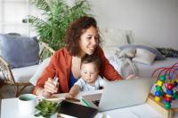 Riset Ungkap Ibu-Ibu Semakin Gencar Bermain Internet