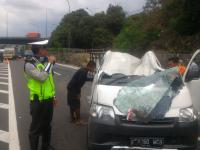 Kecelakaan Tunggal di Tol Cawang, Boks Mobil Terlempar ke Jalan