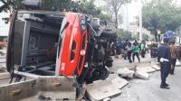 4 Penumpang Luka-Luka Akibat Bus Transjakarta Terguling