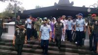 Dikawal Sejumlah Jenderal, Panglima TNI Ziarah ke Makam Soeharto
