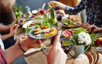 5 Kesalahan dalam Etika Makan yang Sering Dilakukan Tanpa Sadar