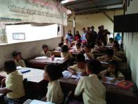 10 Tahun Murid SD di Tulungagung Belajar di Samping Kandang Sapi