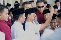 Jokowi Layani Ajakan <i>Selfie</i> Santri di Semarang