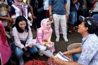Tampil Casual, Angel Lelga Blusukan Temui Pedagang Pasar di Bekasi