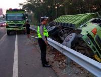 Truk Terguling di Jalan Tol Cengkareng Arah Bandara Soetta
