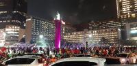 Rayakan Kemenangan, Puluhan Jakmania Nyemplung ke Kolam Bundaran HI