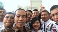 Jokowi <i>Ngevlog</i> Bareng Satpam: Mereka Ceria Semua