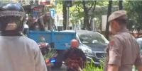 Gerobak PKL Diangkut Satpol PP Dekat Stasiun Gondangdia, Tukang Ojek pun Ikut Iba