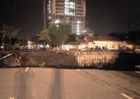 Tim Penyelamat Sisir Lubang di Jalan Gubeng Cari Kemungkinan Adanya Korban