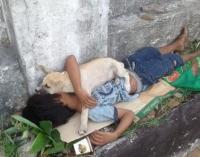 Viral, Anak Jalanan Tidur Bareng Anjing Kecilnya di Trotoar
