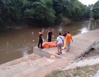 Mayat Laki-Laki Tanpa Identitas Ditemukan Mengambang di Sungai Ciliwung
