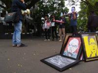 Bawa Replika Bom Molotov, Puluhan Orang Desak Pengusutan Teror ke Pimpinan KPK
