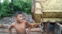 Viral, Bocah 13 Tahun Jadi Sopir Truk Bikin Netizen Kagum