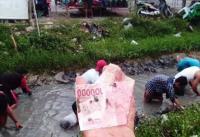 Viral Warga Indramayu <i>Nyemplung</i> ke Selokan Gara-Gara Ada Orang Kaya Buang Duit & Emas
