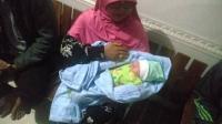 Bayi Imut Ditemukan Menggigil Tanpa Busana di Tepi Jalan