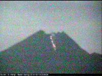Tengah Malam, Gunung Merapi Muntahkan Lava Pijar