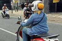 Aksi Emak-Emak Gunakan Helm Bercepol Ini Jadi Viral
