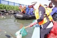 Istri Kapolri Tak Segan-Segan Angkat Sampah di Manado