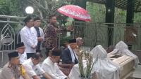 Ma'ruf Amin & Istri Ziarahi Makam Mbah Sayyid Sulaiman