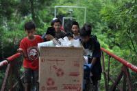 Anak-Anak Ini Rela Kumpulkan Barang Bekas demi Bangun Masjid