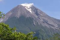 Guguran Lava Pijar Meluncur dari Gunung Merapi ke Arah Kali Gendol