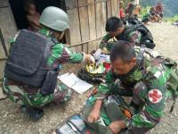 Satgas Yonif Mekanis Raider 412 Kostrad Bantu Persalinan Ibu yang Terjebak Longsor