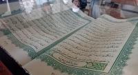 Alquran Raksasa Sedot Perhatian Jamaah Masjid di Makassar