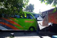 Hendak Parkir, Bus AKAP <i>Malah</i> Tabrak Warung di Terminal Giwangan