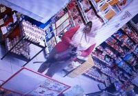 Viral <i>Emak-Emak Nyolong</i> HP dari <i>Dashboard</i> Motor Terekam CCTV